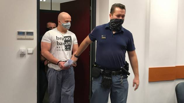 این مرد تهدید کرد که کودک را از پنجره به بیرون پرتاب می کند و نگهبانان را با ضربات چاقو در می آورد.  حالا او منتظر مجازات است