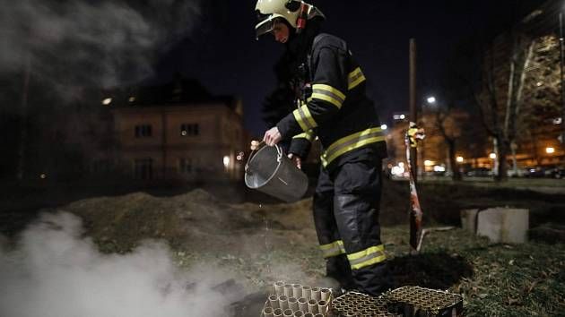 آتش نشانان حتی در آخرین شب سال 2020 خسته نشده اند
