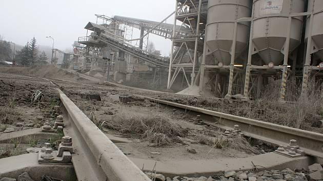 معدن در نزدیکی Chobyně سالانه 300000 تن سنگ ریخته و در آینده دریاچه ای در آن ساخته می شود.