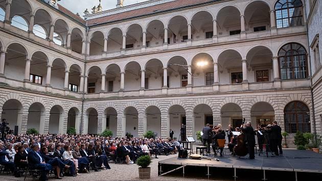 فیلم ویدئویی: Litomyšl از Smetana دو تاریخ جشنواره را آماده می کند
